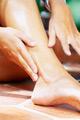 フットピーリングする女性の足